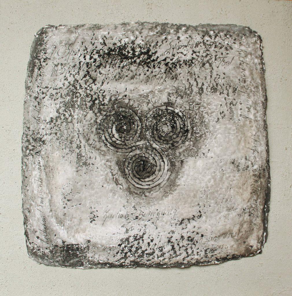 2015: Symbol 70 x 70 cm, Beton Marmorp. Wachs Basalt auf handgesch. Papier und Holz.